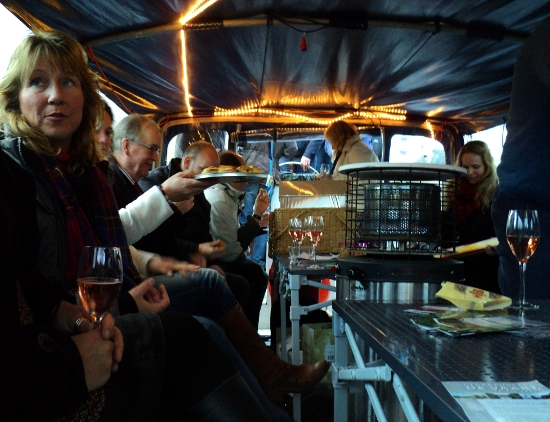 wijn en hapjes op de rondvaartboot