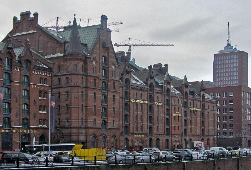 Joop van den Ende voelde zich zo thuis in Hamburg, dat hij in een van de havenpakhuiscomplexen zijn Academie heeft gesticht.