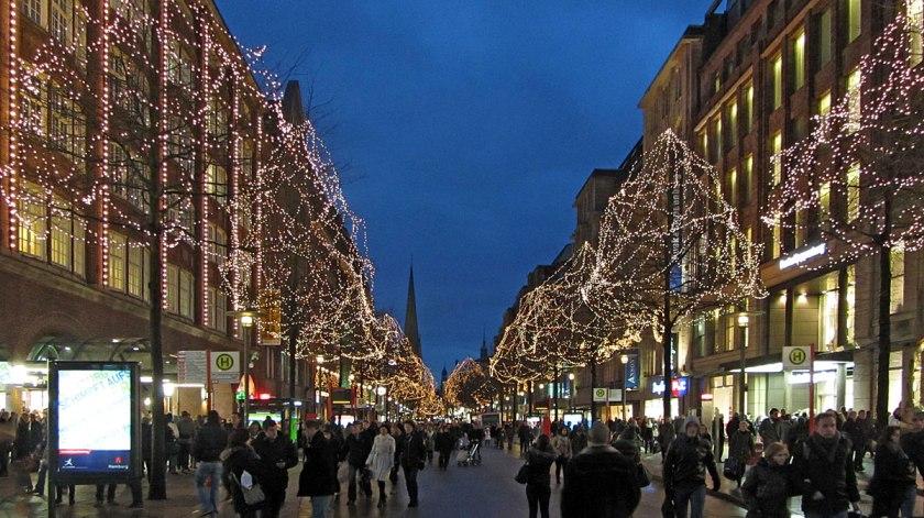 Winkelstraat in Hamburg.Tot laat in de avond is het in de binnenstad druk op straat.