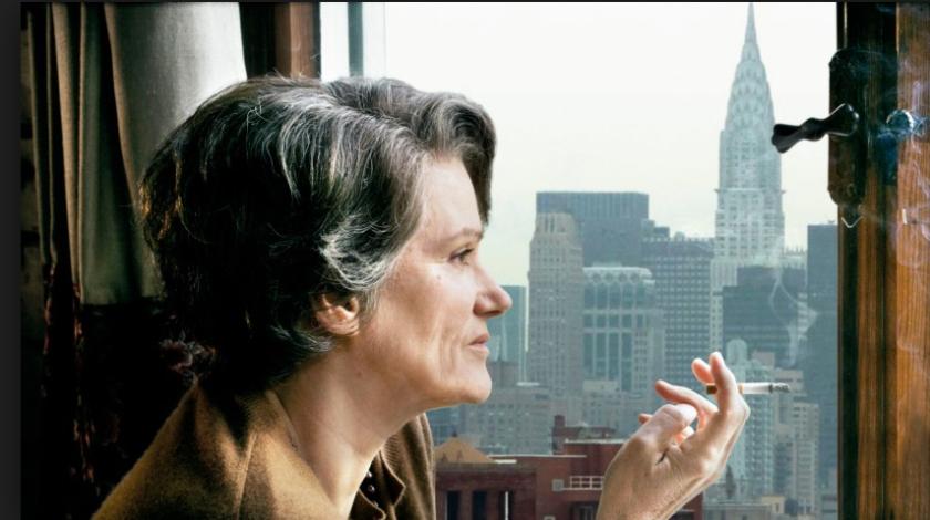 Hannah in haar werkkamer in New York, met haar onafscheidelijke cigaret