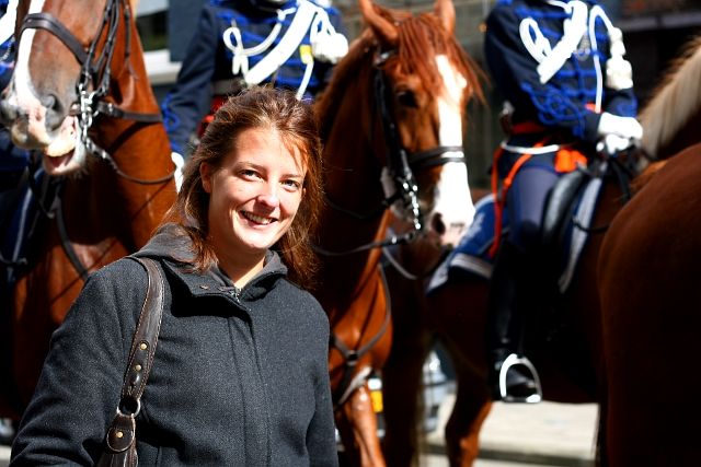Anique poseert bij haar paard Duo, rechts van haar. Foto: Edwin IJsman