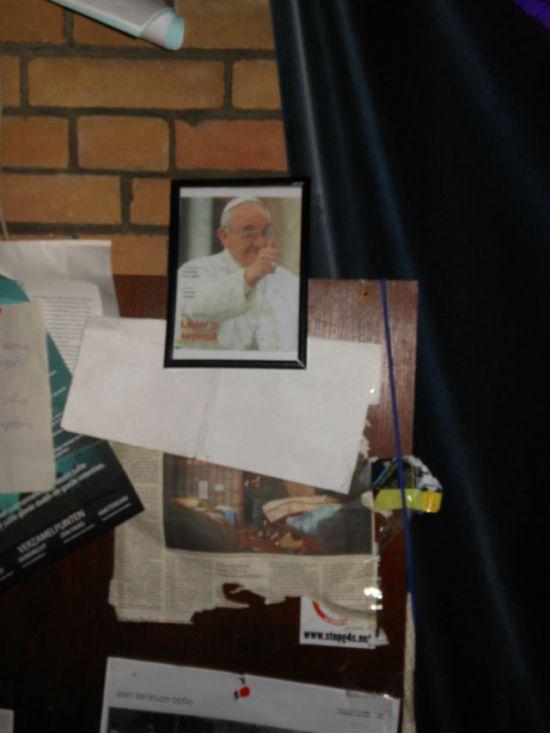 Paus Franciscus' portret in de Sacramentskerk