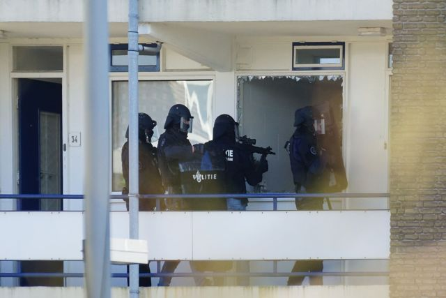 Arrestatieteam met wapen in de aanslag. Foto Door Roel Wijnants.