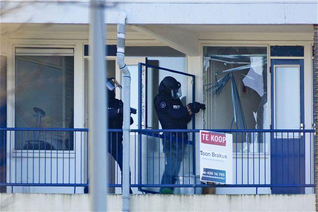 Arrestatieteam met getrokken vuurwapen. Foto Door Roel Wijnants.
