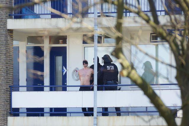 Verdachte is gearresteerd en heeft een blinddoek om gekregen. Foto door Roel Wijnants.