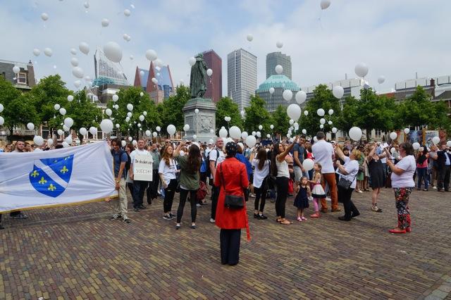 Het oplaten van de ballonnen. Foto door Roel Wijnants.