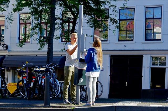 Schoonmaken van het Low Power Display, Wagenstraat, Den Haag. Foto Door Roel Wijnants