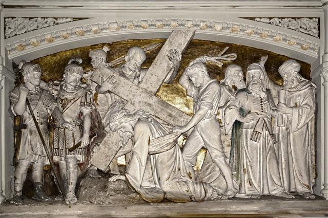 Een van de kruiswegstaties, waarin de beeldhouwer zichzelf heeft afgebeeld. Foto door Roel Wijnants.