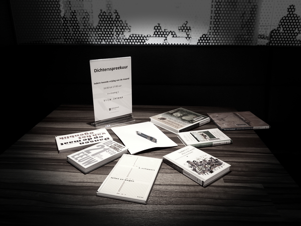 De tafel bij het dichtersspreekuur