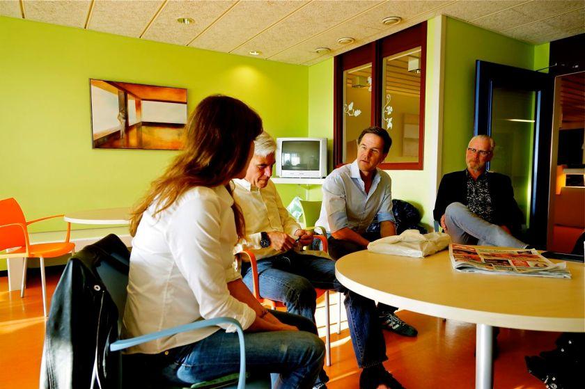 Mark Rutte in gesprek met Birgit. De vriendin van René Bom. Foto door Roel Wijnants.