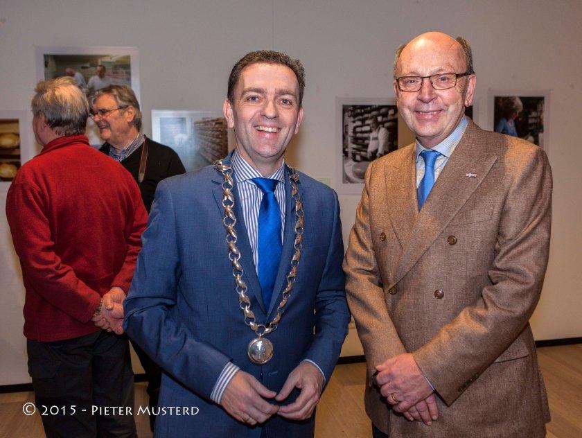 De burgemeester van Rijswijk en de penningmeester van het museum