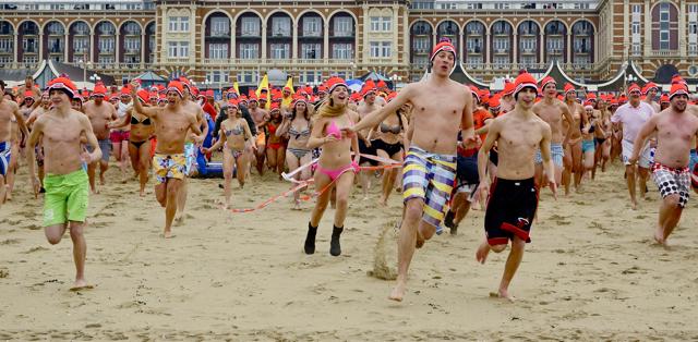 12.00 uur. Start van de traditionele nieuwjaarsduik. Foto door Roel Wijnants.