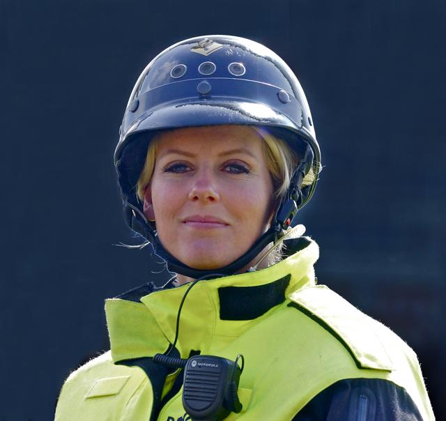 Politieagente te paard Haaglanden. Foto door Roel Wijnants.