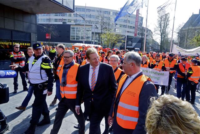 Aankomst minister van Veiligheid en Justitie Ard van der Steur. Foto door Roel Wijnants.