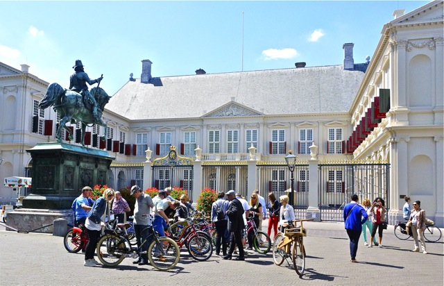 Deel van de hofhouding die ging fietsen. Foto door Roel Wijnants.