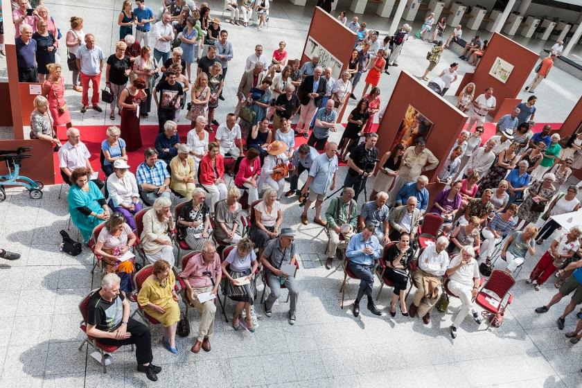 Aandachtige toehoorders tijdens het mooie verhaal van Renate Dorrestein