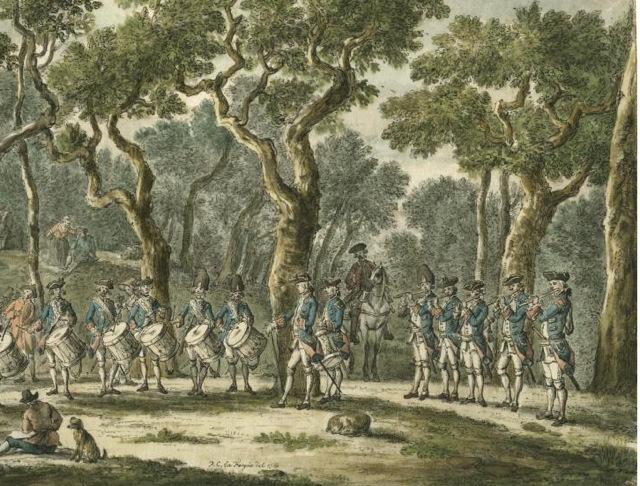 Een oefening van tamboers en pijpers op de Oude Mannenberg in het Haagse Bos. Fargue, P.C. la Bron Haagse Beeldbank