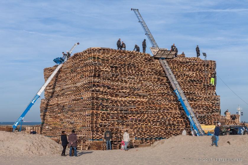 Opbouw Brandstapel Duindorp door Pieter Musterd