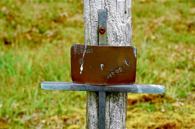 Illegaal geplaatst kruis  met inscriptie Ernst ..... Jakob + datum  6 mei 1945.