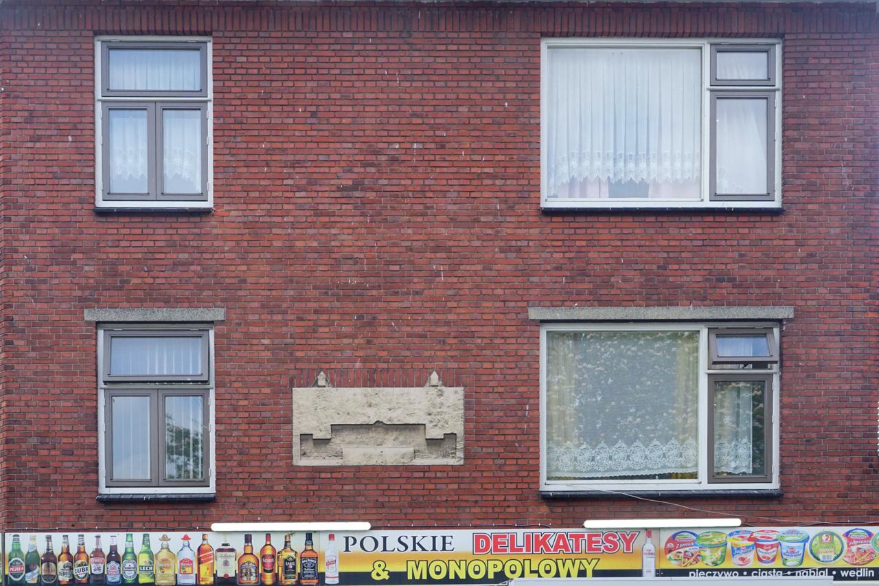 Gevel met door Duitsers weggehakte gedenksteen