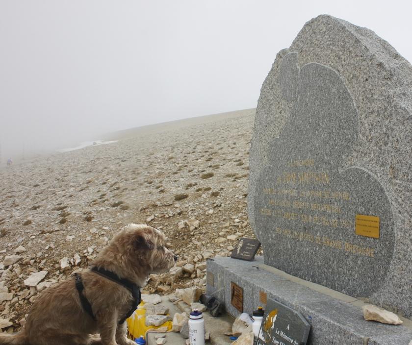 tommy van beek bij het monument van tommy simpson. foto:  boris doesborg