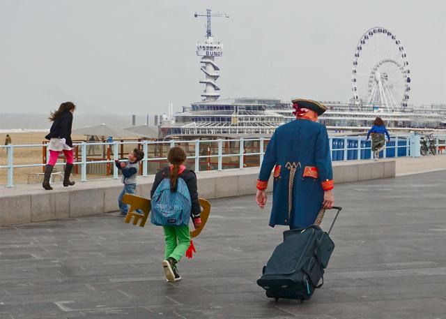 Lopend met opa als de piraat naar de pier
